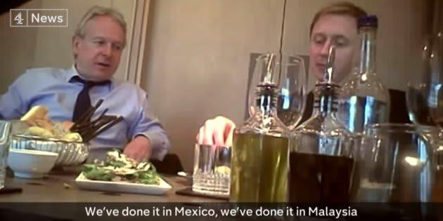 Fragmento del video en el que Mark Turnbull, director general de Política Global, y Alex Tayler, jefe de la oficina de datos, hablan sobre las operaciones de Cambridge Analytica en México.