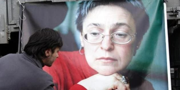 L'omaggio della gente alla giornalista uccisa.ANSA/MAXIM SHIPENKOV