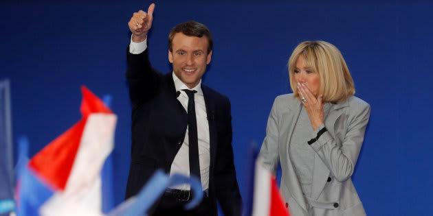 Brigitte Macron a 24 ans de plus qu'Emmanuel Macron, mais pourquoi cela pose encore problème? (Emmanuel et Brigitte Macron, le soir du premier tour, le 23 avril 2017)