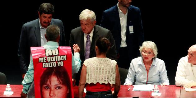José Luis Castillo, padre de Esmeralda Castillo quien desapareció en 2009, habla con Andrés Manuel López Obrador y el gobernador de Chihuahua, Javier Corral, durante el Primer Foro de Pacificación y Reconciliación, en Ciudad Juárez, el 7 de agosto de 2018.
