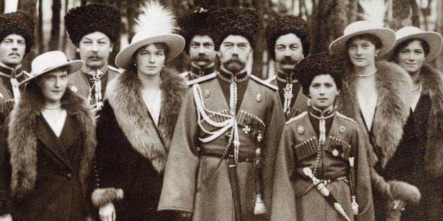 La familia Románov en 1913: de izquierda a derecha: Ola, María, Nicolás II, Alejandra Fiódorovna, Anastasia, Alekséi y Tatiana.