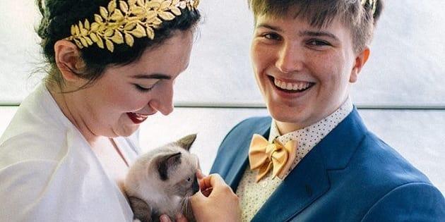 Colleen (à gauche), un chat et Iz le jour de leur mariage.