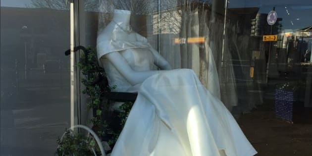 Cette robe de mariée présentée dans un fauteuil a ému nombre d'internautes