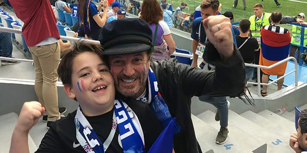 Francis Lalanne et son fils lors de France-Uruguay