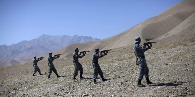 Afghan policemen train at a live firing range in the central province of Bamiyan August 22, 2011. REUTERS/Ahmad Masood (AFGHANISTAN - Tags: SOCIETY CRIME LAW IMAGES OF THE DAY)