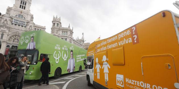 La caravana de Hazte Oír se cruza con el autobús de El Intermedio en la Plaza de Cibeles (Madrid).