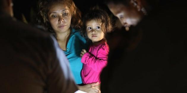 アメリカとメキシコの国境付近で拘留される、中米出身の亡命希望者。2018年6月12日、テキサス州マッカレンで撮影。撮影したのは、ピュリツァー賞を受賞した、ゲッティイメージズの写真家ジョン・ムーア氏。