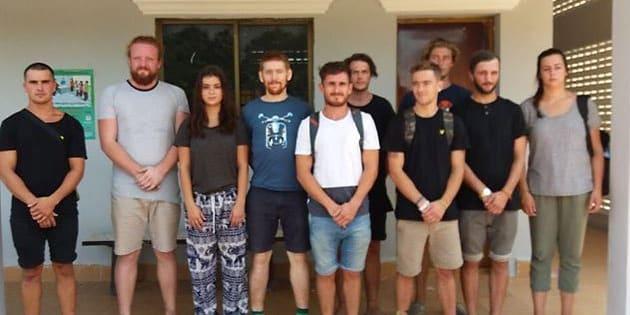 Les dix étrangers qui ont été arrêtés par la police cambodgienne.
