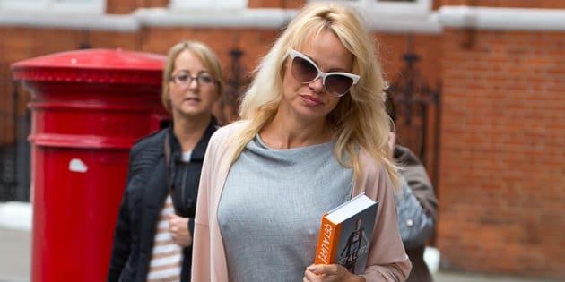 Pamela Anderson le lleva comida a Assange en octubre de 2016.