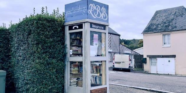 À Boissey, dans le Calvados, une ancienne cabine téléphonique a été transformée en bibliothèque.