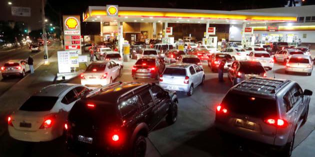 Greve dos caminhoneiros provoca desabastecimento de combustível e longas filas nos postos.
