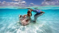 Esta pareja se casó bajo el hermoso mar de