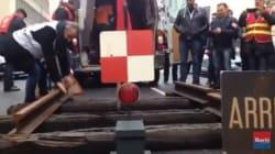 Des cheminots posent 2 mètres de rails devant la permanence d'un député