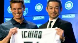 マリナーズと契約したイチローは、慣れ親しんだユニホームを渡されると、照れ臭そうに笑った。