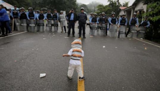 ホンジュラスから歩いてアメリカを目指す、移民の波。トランプ大統領が入国阻止の警告(画像)