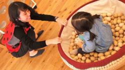 自由に遊んでいいんだよ。東京おもちゃ美術館には、在宅で医療の必要な子たちだけの「スマイルデー」がある。