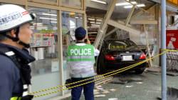 車、スーパーに突っ込む 運転の74歳