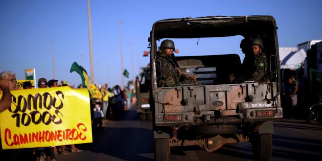 Forças Armadas passam por protesto de apoio aos caminhoneiros em Luziânia (GO).