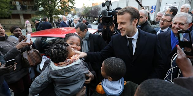 Bain de foule et fillette réconfortée, Emmanuel Macron est retourné en banlieue.