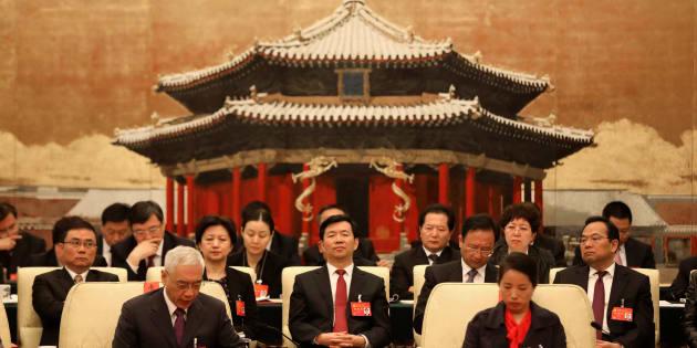 Un grupo de delegados asisten al XIX Congreso del Partido Comunista de China (PCCh) en el Gran Palacio del Pueblo en Pekín (China), hoy jueves.