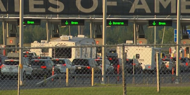 Des voitures en file au poste frontalier de Saint-Bernard-de-Lacolle
