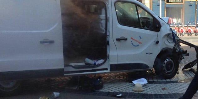 Le prime immagini video del furgone pochi istanti dopo aver travolto la folla su La Rambla