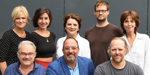 Denis Bernard, en bas au centre, entouré d'artistes qui seront en vedette à La Licorne lors de la prochaine saison.