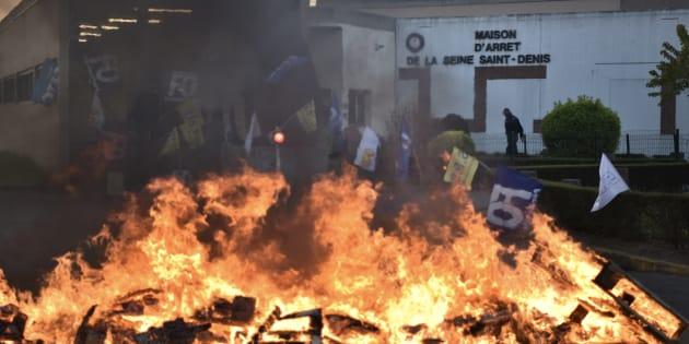 """Un brasier allumé devant la maison d'arrêt de Villepinte, le """"SOS"""" des surveillants pénitentiaires"""
