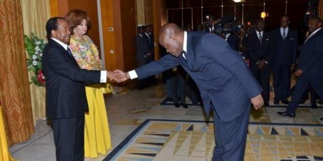 Cette poignée de main entre le président camerounais et son ministre des sports est exagérée selon les internautes.