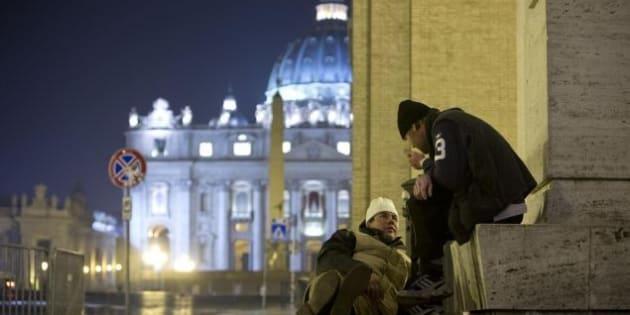 """Troppi clochard e poco decoro, la Gendarmeria vaticana allontana i senzatetto da San Pietro. Il Papa? """"Informato"""""""