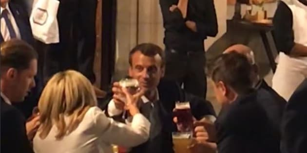 Après l'OTAN, Macron est allé boire une bière et manger des frites sur la Grand-Place de Bruxelles