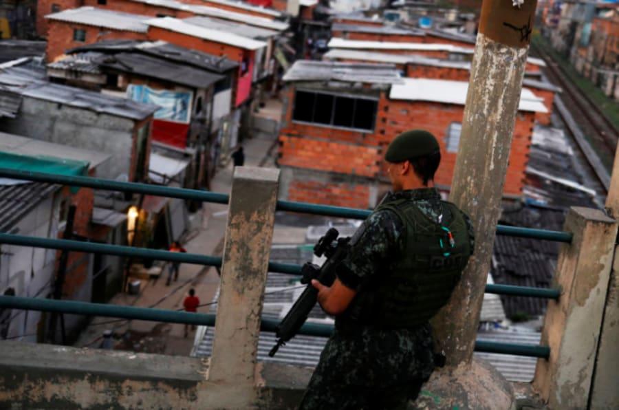 Policial militar da Rota patrulha a favela do Moinho, onde Leandro dos Santos foi morto.