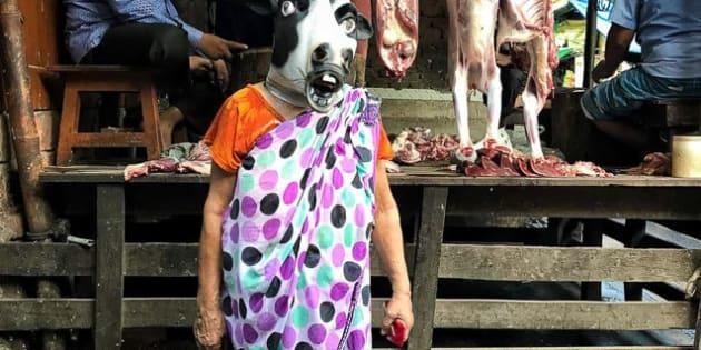 O artista indiano Sujatro Ghosh fotografou mulheres com máscaras de vacas para questionar se os animais, sagrados na Índia, estão mais seguras do que as mulheres do país.