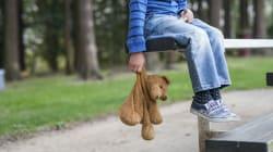 Aiuta una bambina smarrita a cercare i genitori. Per i social è il