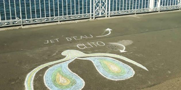 Le clitoris dessiné par les deux étudiantes, sur le sol du Jardin Anglais à Genève, Suisse.