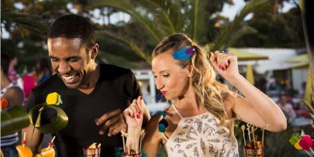 """28 août 2015, Audrey Lamy et Loup-Denis Elion incarnant Cédric et Marion dans la série télé """"scènes de ménages"""" sur M6."""