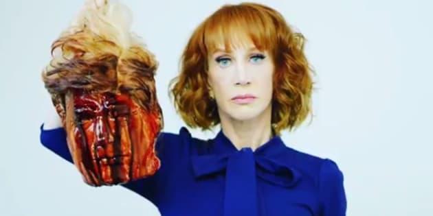 """Kathy Griffin a baptisé son œuvre """"Il avait du sang sortant de ses yeux, du sang sortant de n'importe où"""", en référence àl'attaque sexiste de Donald Trump contre la journaliste Megyn Kelly."""