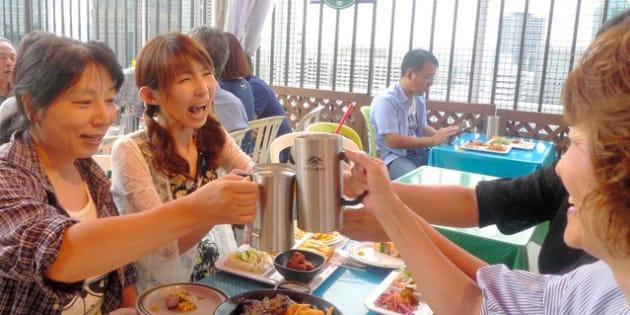 交流会に集った石田郁恵さん(左から2番目)ら=大阪市北区、小池暢撮影