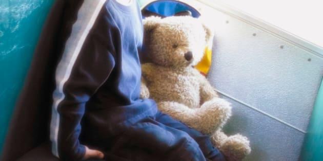 Bimbo di 3 anni dimenticato sullo scuolabus per ore: la mamm