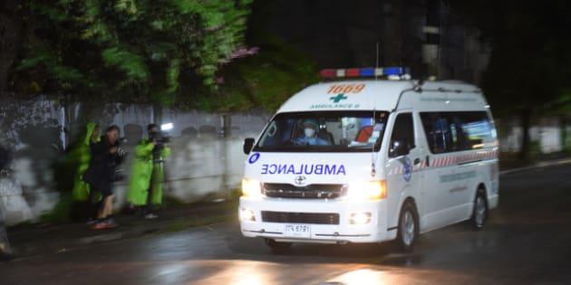 2018年7月8日午後7時半過ぎ、洞窟から救出された人の一部が乗ったとみられる車列が、タイ北部チェンライ市内の病院に到着した=乗京真知撮影