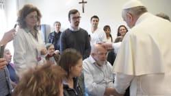 Papa Francesco esce dal Vaticano per fare visita a un centro per
