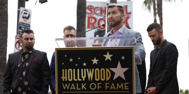Lance Bass hablando durante la ceremonia en la cual *NSYNC obtuvo su estrella en el Hollywood Walk of Fame.