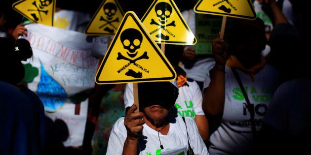 Des catholiques participent à une marche organisée par l'Eglise contre la mine d'El Salvador, début mars.