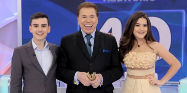 Sílvio Santos posa com Dudu Camargo e Maísa durante o programa em que constrangeu a adolescente.