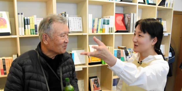 本の説明をする柳美里さん(右)=南相馬市小高区東町