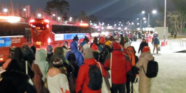 オリンピックスタジアムから、最寄り駅に向かうシャトルバスには長蛇の列ができた=2月9日午後11時50分、韓国・平昌