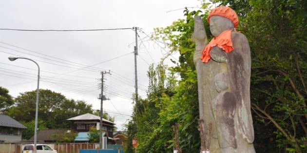久保田京巡査一家の慰霊のために建てられた親子地蔵=茨城県常総市鴻野山
