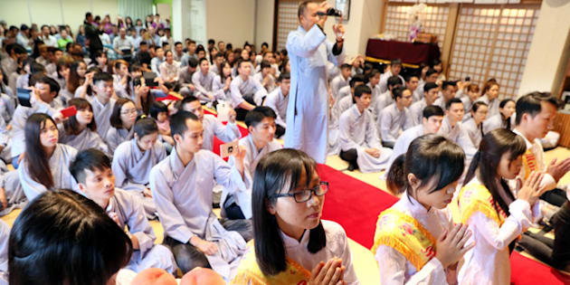 ベトナム人の僧侶を招いての法要に、多くのベトナム人留学生らが集まった=10日、北九州市八幡東区の永明寺、金子淳撮影