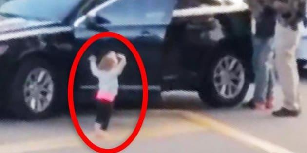 Las imágenes de una niña descalza de 2 años en Florida con los brazos levantados mientras la policía arresta a uno de sus padres.