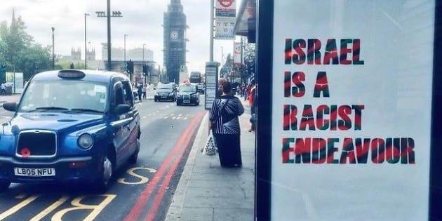 """Carteles de """"Israel es un empeño racista"""" en las paradas de autobús de Londres."""